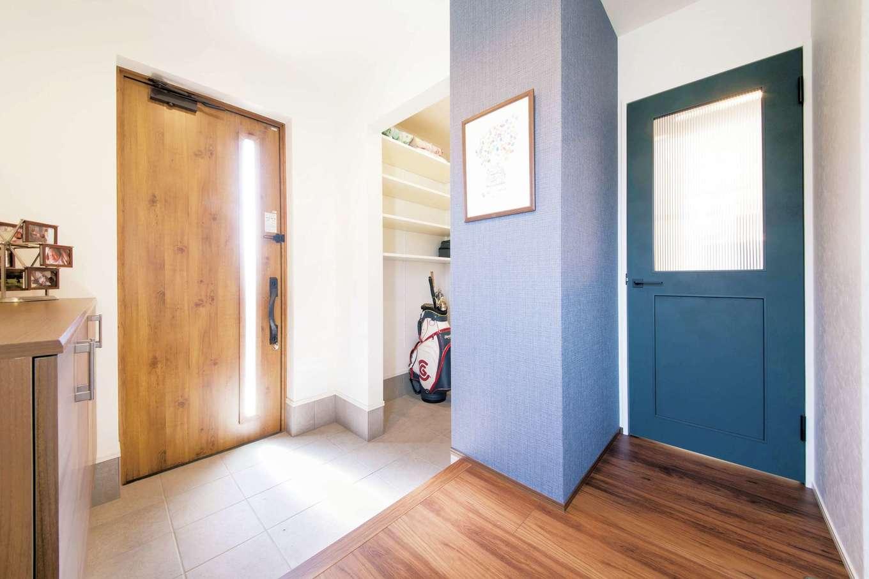コットンハウス【趣味、省エネ、間取り】シューズクローク付きの玄関。クロスとドアをブルーにしてメリハリをつけたのが大正解!
