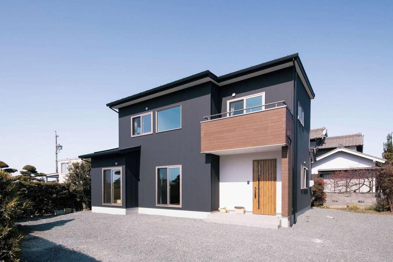 コットンハウス【趣味、省エネ、間取り】黒いガルバリウム鋼板の外壁を基調に、玄関周りのみ白と茶系をとり入れて変化をつけた外観