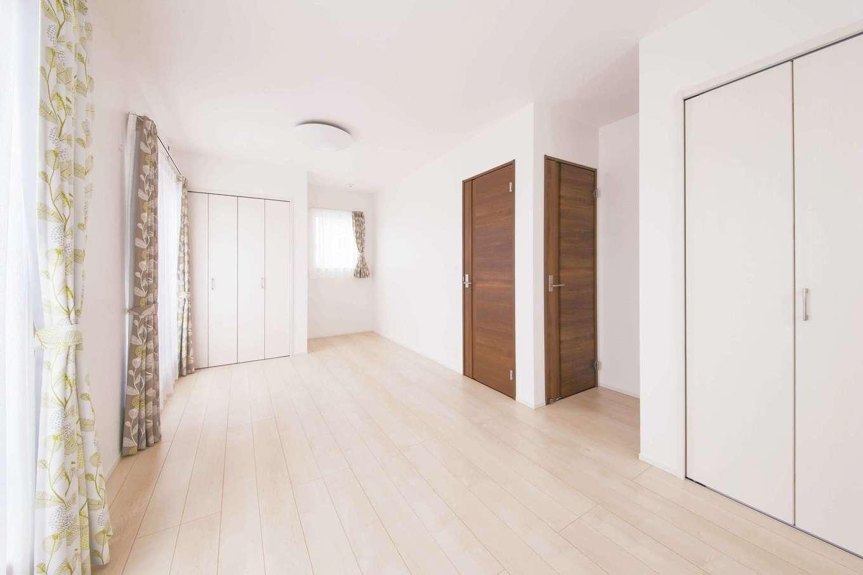 コットンハウス【子育て、省エネ、間取り】2階の子ども室。将来2部屋に仕切れるようにドアと収納を2か所に設置