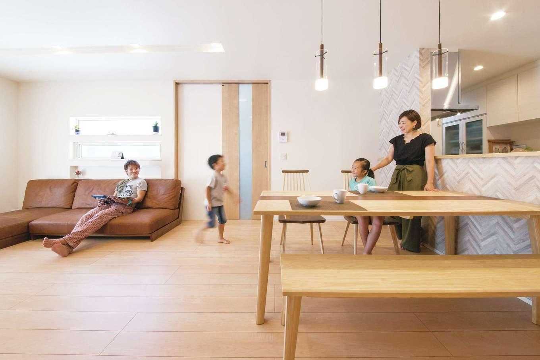 コットンハウス【二世帯住宅、間取り、屋上バルコニー】2つの家族が集う広々LDK。ハイブリッド断熱の効果で冷暖房の効きがよく、燃費の良い住まいを実現。冬は高気密・高断熱とガス式床暖房でぽかぽかの暖かさ