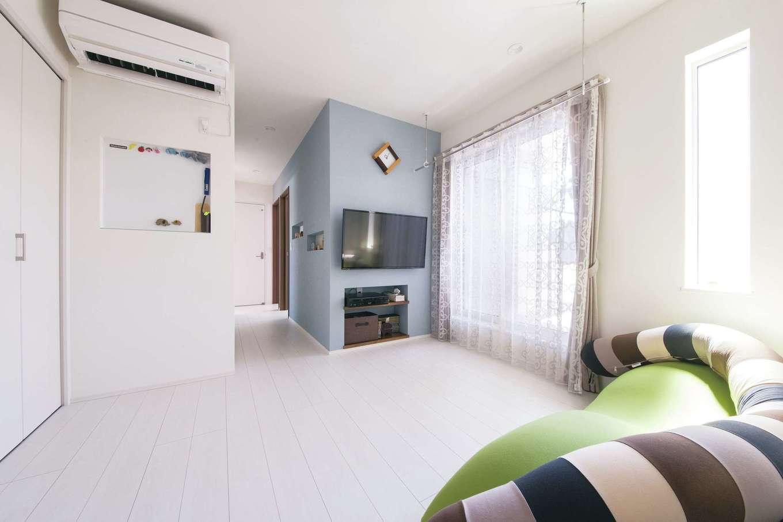 コットンハウス【二世帯住宅、間取り、屋上バルコニー】2階のセカンドリビングはプライベートなひとときを楽しむ空間。白を基調にペールブルーのアクセントクロスを利かせて爽やかな空間を演出。白い壁には学校の予定表などを貼るマグネットコーナーを設置