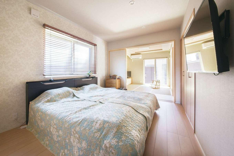 コットンハウス【二世帯住宅、間取り、屋上バルコニー】和室の隣に設けた寝室は日当たりもよく清々しい空間