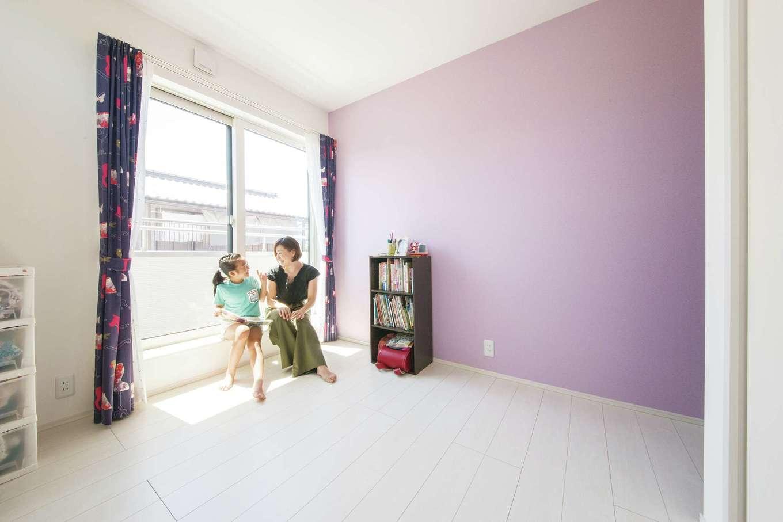 コットンハウス【二世帯住宅、間取り、屋上バルコニー】長女の部屋はピンク、長男の部屋はブルーのアクセントクロスを使用。カーテンは2人の性格をイメージして夫妻が選んだものだそう