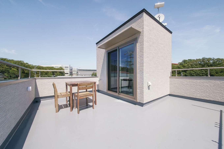 コットンハウス【二世帯住宅、間取り、屋上バルコニー】周囲の風景をぐるりと見渡せるスカイバルコニー。夏は花火大会の特等席に。家族でBBQも楽しめる