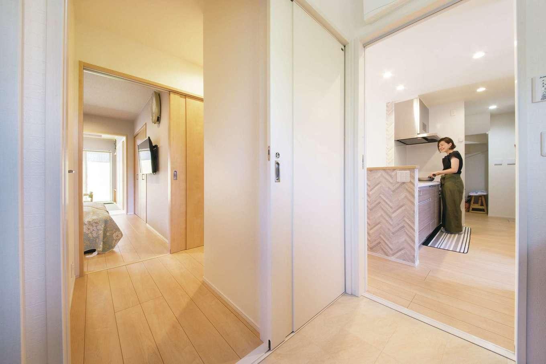 コットンハウス【二世帯住宅、間取り、屋上バルコニー】キッチンの隣の洗面・脱衣室はご両親の寝室側にも出入口を設けて回遊性のある動線を確保。ご両親も利用しやすくて助かっているとのこと