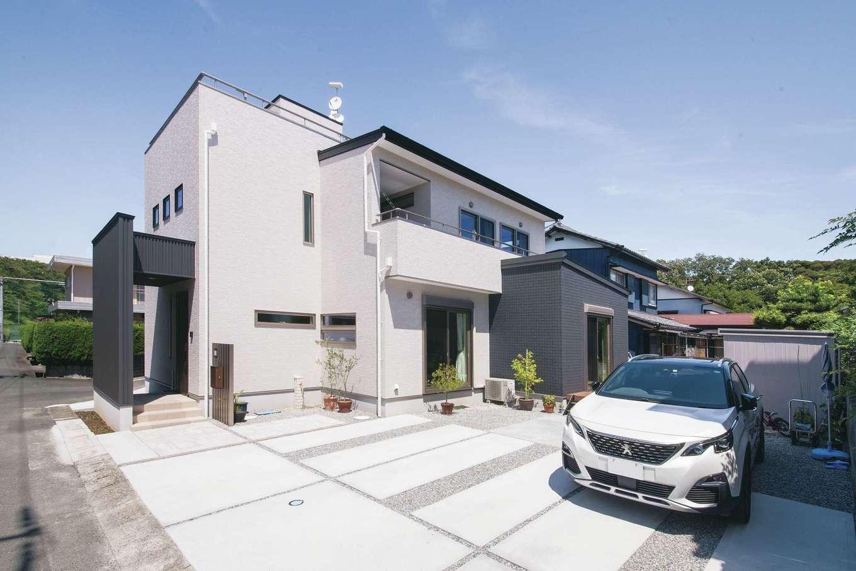 コットンハウス【二世帯住宅、間取り、屋上バルコニー】「白と黒でスタイリッシュなデザインに」という夫妻の希望がしっかりと反映された外観