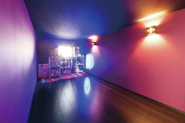コットンハウス【収納力、趣味、省エネ】ご主人こだわりのコレクション部屋は、クールな照明がカッコいい秘密の隠れ家