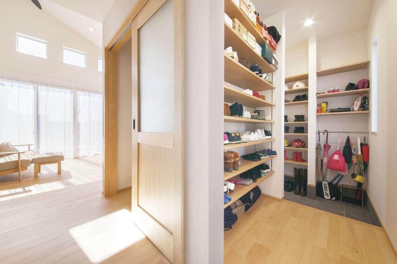 コットンハウス【子育て、省エネ、間取り】ゲストと家族の動線が分かれる玄関。収納は、靴・雨具・上着など、しまうものに合わせてプランしている