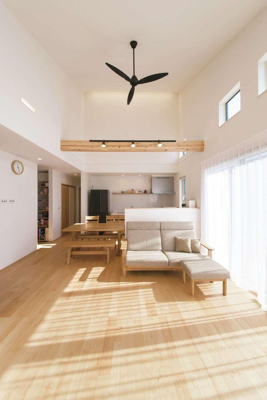 コットンハウス【子育て、省エネ、間取り】陽当たりのよい南側にはくつろぎ空間のLDKと寝室を配置。北側はパントリー・トイレ・洗面など生活設備を集中させ、ゾーニングしている。LDKは22畳の大空間ながら、ハイブリッド断熱と全館床下暖房で1年中快適。せっかくの広々空間に余分な家具を置かなくてもすむように、収納は綿密なプランですべて造り付けとしている