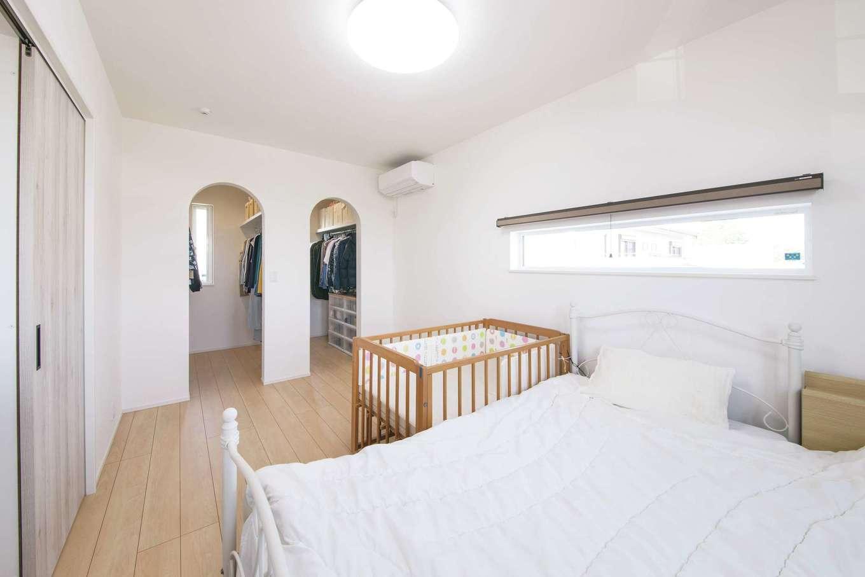 コットンハウス【子育て、省エネ、間取り】2階の寝室。ウォークインクローゼットのRの出入口がアクセントとして役立っている