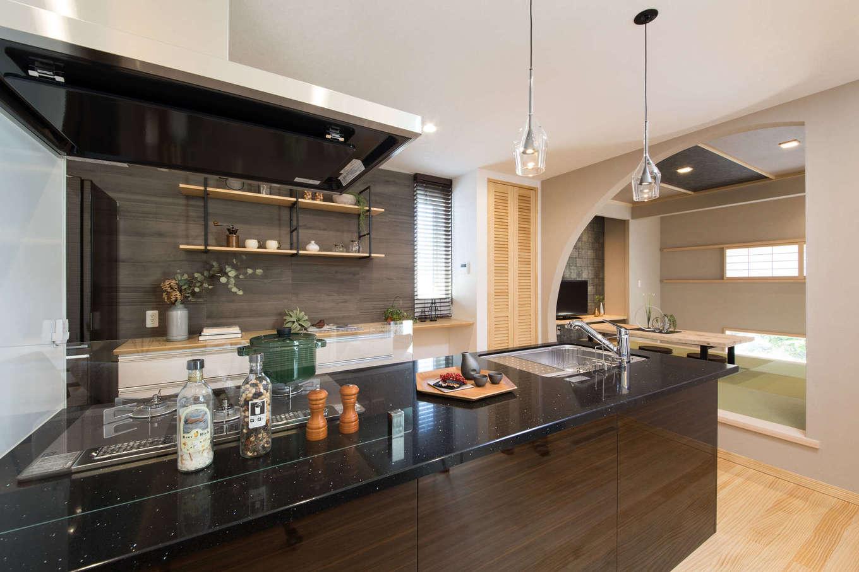 コットンハウス【浜松市西区篠原町21561・モデルハウス】シックな色合いでコーディネートしたスタイリッシュで上質なオープンキッチン。作業のしやすさを重視して広さにゆとりを持たせ、収納も十分に確保した