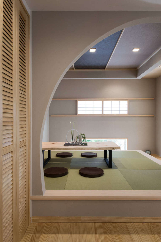 コットンハウス【浜松市西区篠原町21561・モデルハウス】LDKの一画に設けた小上がりの畳スペース。壁を円形にして、和モダン空間を優雅に演出。客間として利用したり、ちょっと腰かけてくつろいだりと、さまざまなシーンで活躍する