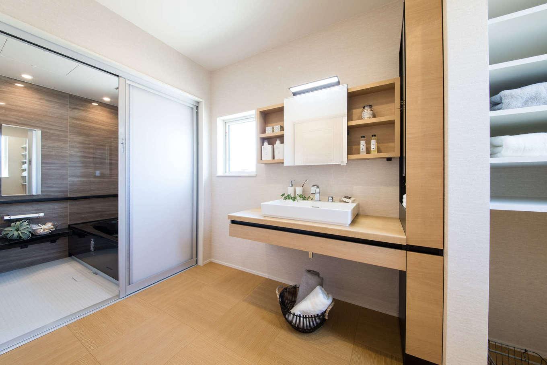 コットンハウス【浜松市西区篠原町21561・モデルハウス】広々とした洗面スペース。洗面台も使いやすさを重視してワイドサイズをセレクト。衣類をしまう収納棚も設けてある