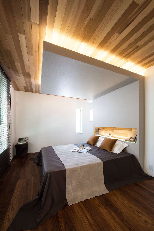 コットンハウス【浜松市西区篠原町21561・モデルハウス】寝室は床を濃いめにしてシックな雰囲気に。レッドシダー張りの勾配天井と間接照明でスタイリッシュに演出