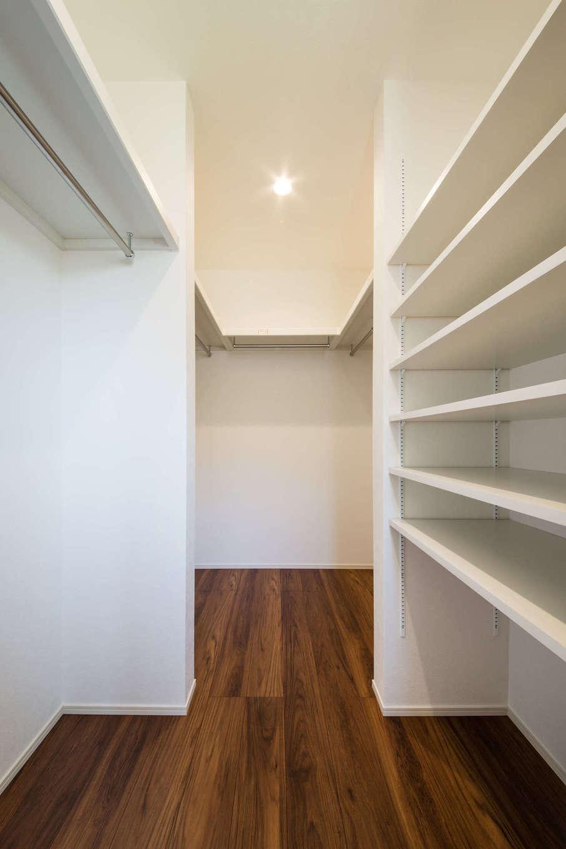 コットンハウス【浜松市西区篠原町21561・モデルハウス】寝室のサイドにあるウォークインクローゼット。可動棚やハンガーパイプで限られた空間を有効に活かしている