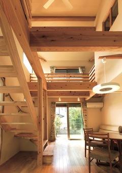 たくさんの明るい陽射しと 窓越しの緑が豊かな家