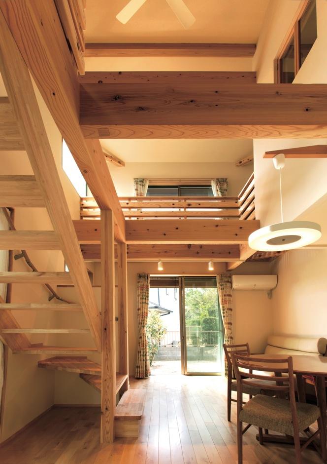 Mulberry House 桑原建設【収納力、省エネ、間取り】本物の緑と自然の素材たちが、視界の中で調和する空間。 穏やかな光が心を和ませる