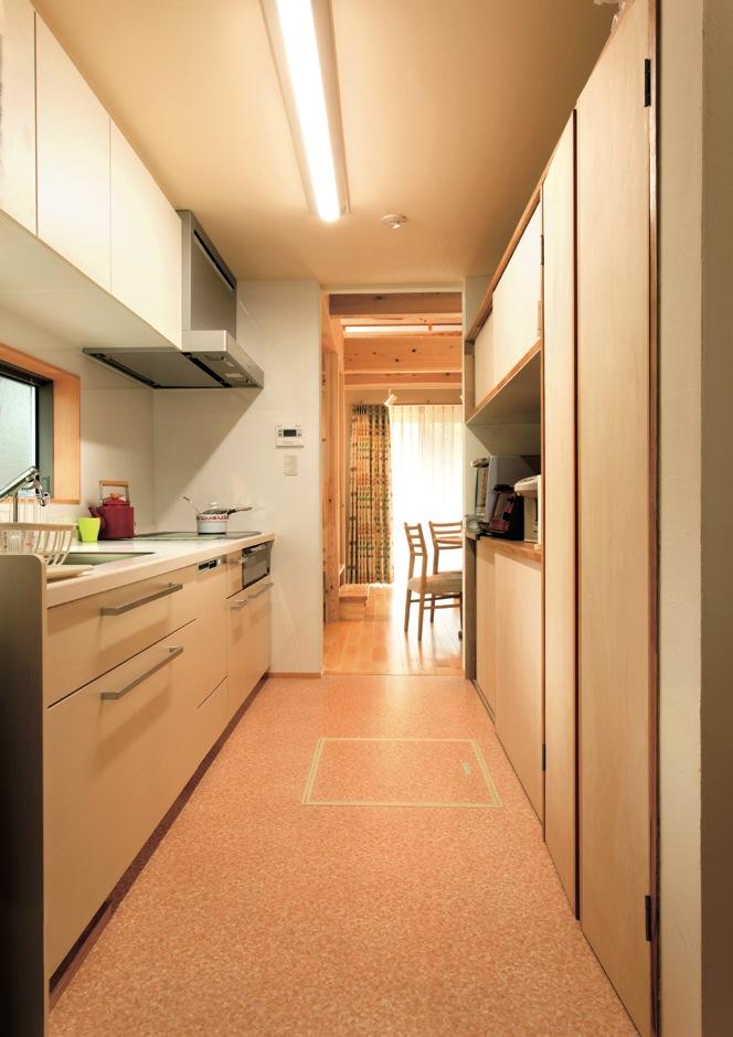 Mulberry House 桑原建設【収納力、省エネ、間取り】充実したキッチンの背面収納で、ダイニングへの動線もスムーズだ
