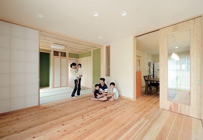 Mulberry House 桑原建設【和風、自然素材、省エネ】天竜杉を床に張ったリビングは和室と二間続きに。ダイニングの引き戸に透明なガラスを入れたことでお互いの気配が伝わる