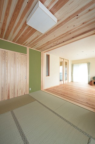 Mulberry House 桑原建設【和風、自然素材、省エネ】こだわりの和室は、天井も建具もFSC認証材の上質な天竜杉を使用。素敵な色味のグリーンの壁はご主人のセレクト
