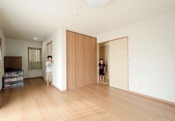Mulberry House 桑原建設【和風、自然素材、省エネ】将来的に両親と同居するときのために備えた部屋。玄関からも廊下からも出入りでき、水回りにも近くて安心