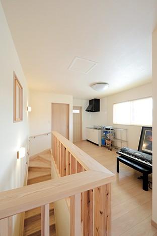 Mulberry House 桑原建設【和風、自然素材、省エネ】多目的に使える2 階のフリースペース。将来の二世帯住宅を想定して、ミニキッチンも備えた