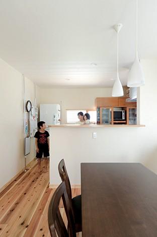 Mulberry House 桑原建設【和風、自然素材、省エネ】キッチンは手元を隠すと同時に、子どもたちに配膳する習慣を身につけてほしいとカウンターを高くした