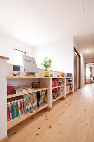 Mulberry House 桑原建設【二世帯住宅、自然素材、省エネ】2階廊下のデッドスペースを活かして子どもの本や漫画本をたっぷり収納