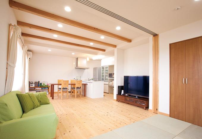 Mulberry House 桑原建設【二世帯住宅、自然素材、省エネ】2階の子世帯は、白を基調にしたナチュラルな雰囲気でコーディネート。床は暖かい肌触りの天竜ヒノキを使用