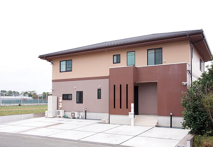 Mulberry House 桑原建設【二世帯住宅、自然素材、省エネ】飽きのこないシンプルな外観デザイン。クモの巣が付きにくいツルツルとした外壁材が特徴