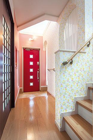 Mulberry House 桑原建設【デザイン住宅、収納力、間取り】暗い印象になりがちな廊下も階段周りに玄関と同じ花柄クロスを貼ったことでぐっと華やかな印象に
