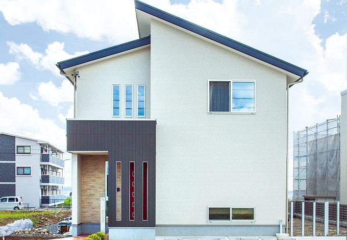 Mulberry House 桑原建設【デザイン住宅、収納力、間取り】シンプルモダンな外観。モノトーンの外壁に赤い玄関ドアのアクセントがおしゃれ