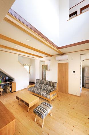 Mulberry House 桑原建設【デザイン住宅、自然素材、間取り】21.5畳のLDK。天竜ヒノキの床、天竜杉の梁が吹き抜け空間に映える