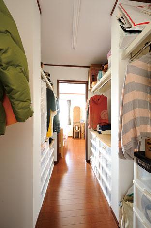 Mulberry House 桑原建設【デザイン住宅、自然素材、間取り】主寝室内にある3畳のクローゼットは廊下とつながるウォークスルータイプ