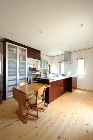 Mulberry House 桑原建設【デザイン住宅、自然素材、間取り】リビングからゆるやかに独立した対面キッチン。収納力も抜群!