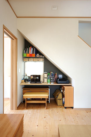 Mulberry House 桑原建設【デザイン住宅、自然素材、間取り】階段下のデッドスペースは収納にせず、コンパクトなPCコーナーに