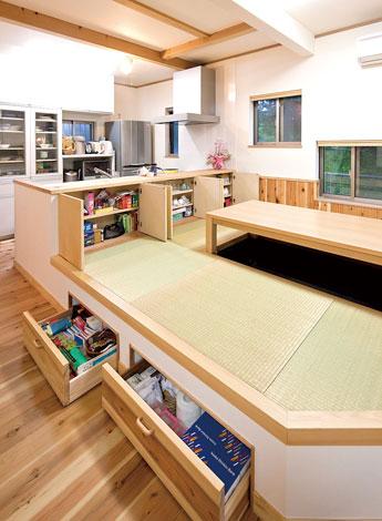Mulberry House 桑原建設【子育て、収納力、自然素材】キッチン背面と小上がりの畳コーナーを活かした収納庫。「ごはんは畳の上でいただくもの」がY家のモットー。掘りごたつのダイニングで家族の笑顔が弾ける。小上がり部分とキッチンの背面はすべて収納として活用
