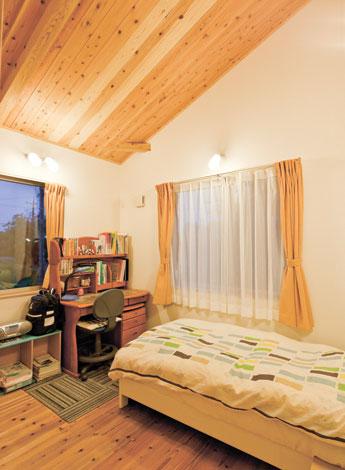 Mulberry House 桑原建設【子育て、収納力、自然素材】勾配天井でより広く見える長男の部屋