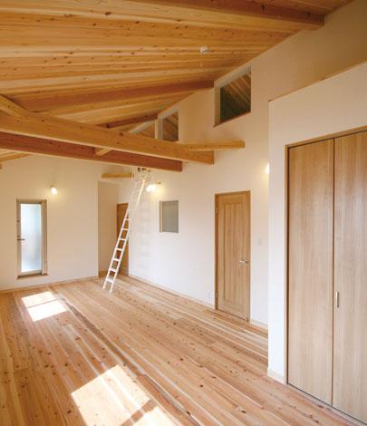 Mulberry House 桑原建設【子育て、収納力、自然素材】次男と三男の部屋はロフト付き