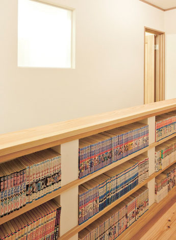 Mulberry House 桑原建設【子育て、収納力、自然素材】階段背面を利用してご主人の漫画本を収納