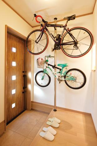Mulberry House 桑原建設【1000万円台、デザイン住宅、省エネ】玄関 にすっぽり収まったロードバイクがオシャレ感を演出!