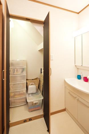 Mulberry House 桑原建設【1000万円台、デザイン住宅、省エネ】意外と物が多くなりがちな洗面スペースには、収納を設けてスッキリと