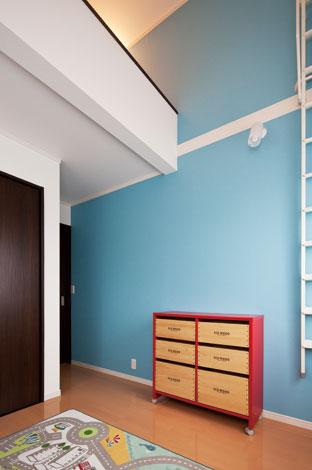 Mulberry House 桑原建設【子育て、二世帯住宅、自然素材】ロフト付きの子ども部屋。ブルーの壁が赤い収納家具とベストマッチ