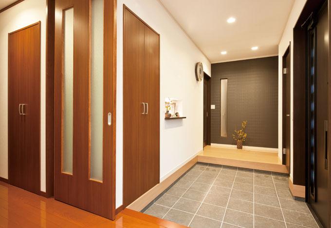 Mulberry House 桑原建設【子育て、二世帯住宅、自然素材】N邸は大きな玄関のみ共有の完全別世帯