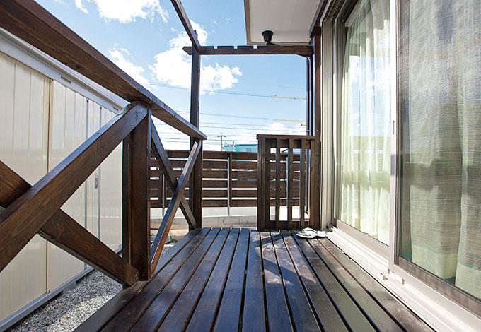 Mulberry House 桑原建設【子育て、二世帯住宅、自然素材】プールやシャボン玉を楽しむウッドデッキ