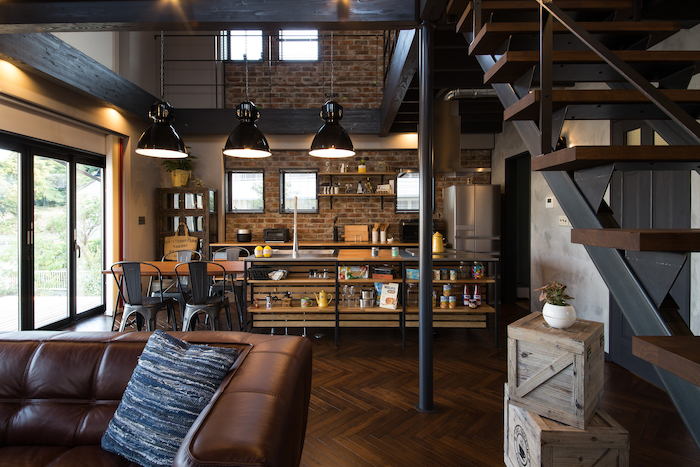 木場建築設計 KIBA-AD【浜松市中区住吉5-8-19・モデルハウス】黒のアイアンと無垢の木の組み合わせがかっこいいカフェ風キッチン。家具や小物の使い方のイメージも膨らむ