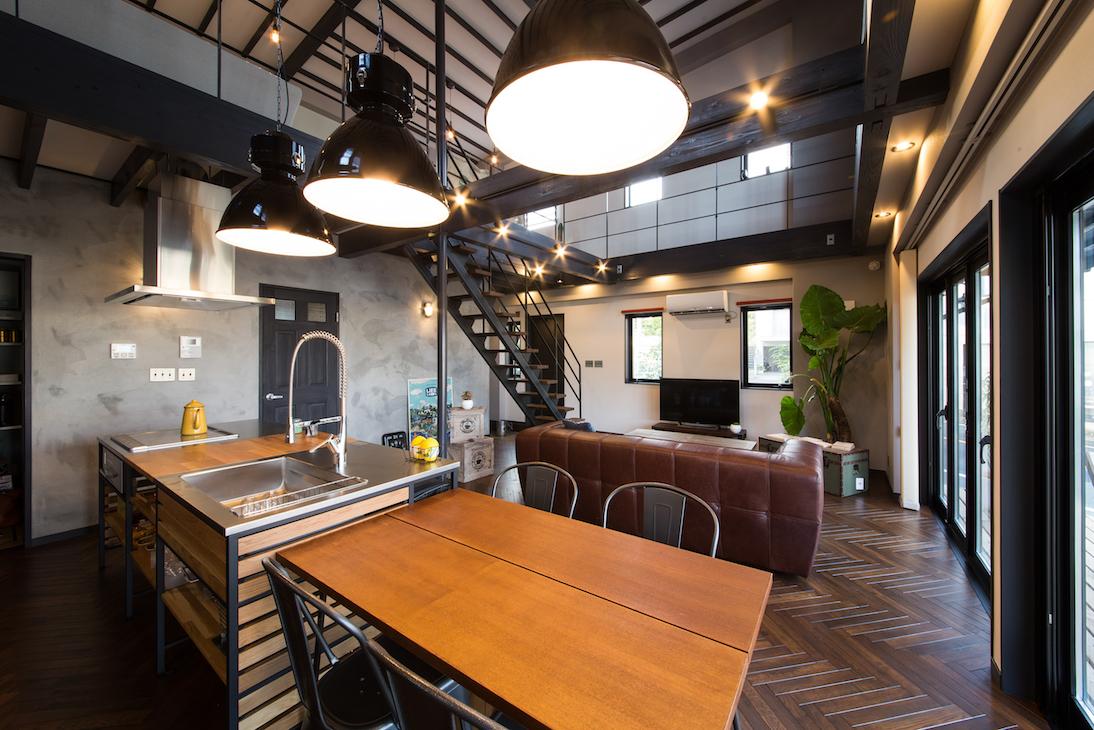 木場建築設計 KIBA-AD【浜松市中区住吉5-8-19・モデルハウス】インダストリアルな空間にダイナミックなペンダントライトが映える