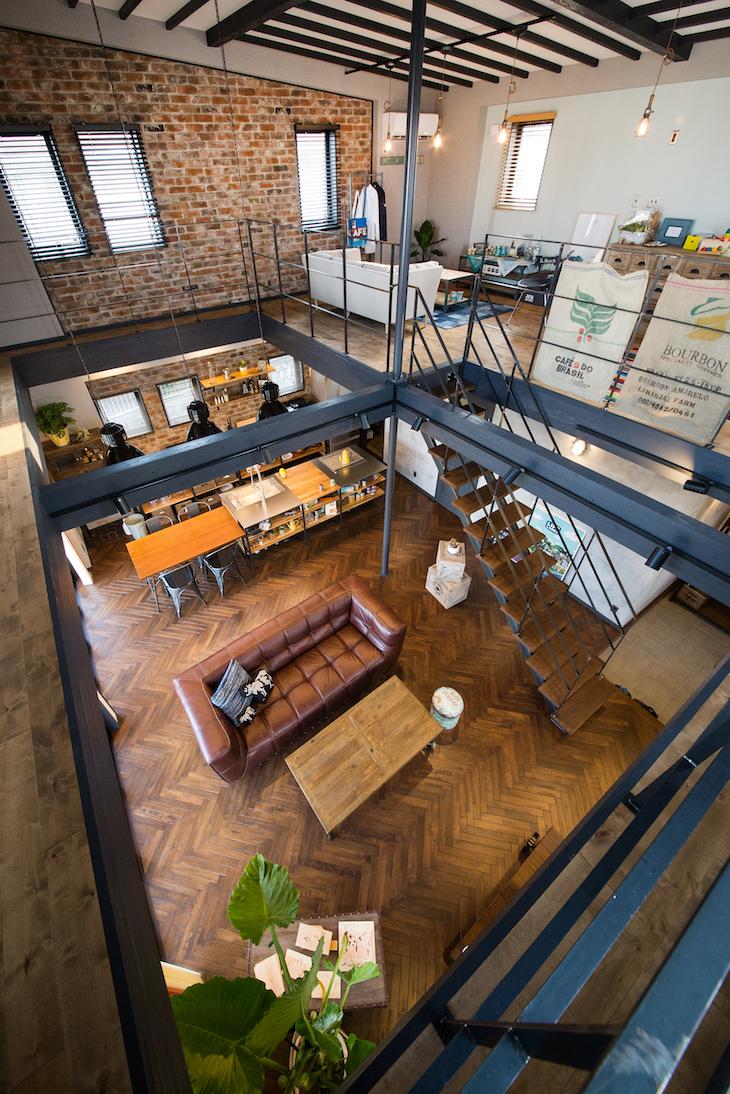 木場建築設計 KIBA-AD【浜松市中区住吉5-8-19・モデルハウス】吹き抜けから一階を見下ろす。まるで倉庫の中のような大空間を実現