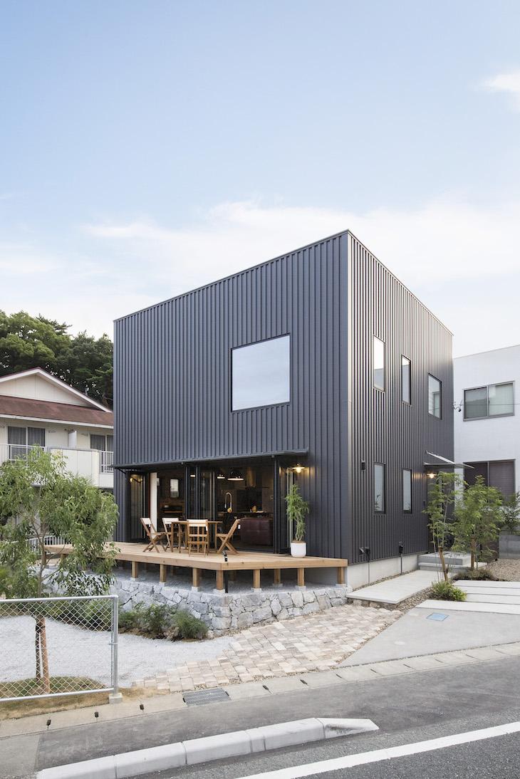 木場建築設計 KIBA-AD【浜松市中区住吉5-8-19・モデルハウス】ガルバリウムの外壁に大きな窓が特徴的なスタイリッシュでクールな外観に注目