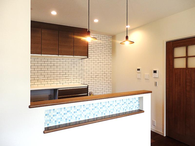 キッチンはニッチ収納とペンダントライトでおしゃれにデザイン